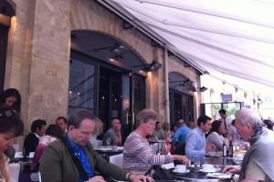 パリのオープンカフェの風景