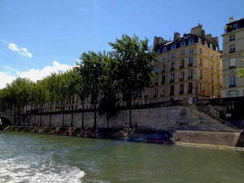 穏やかな青空の下のセーヌ川