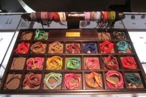 カラフルな布のブレスレット