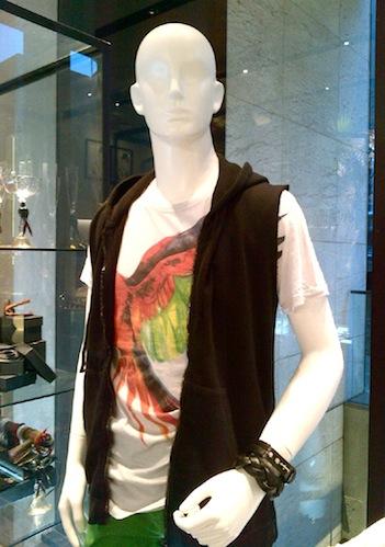 黒の小粋なベストに、黒の革のブレスレットのスタイリング