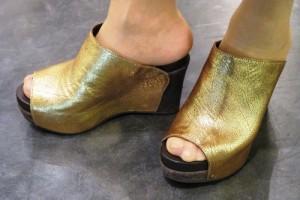 ゴールドの靴