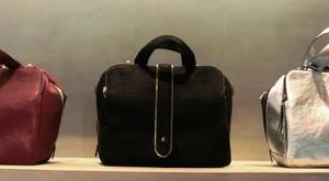 メタリックのバッグ