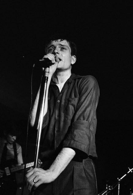 Ian-Curtis-leader-and-singer-of-Joy-Division-performing-on-stage-tumblr_mdldlhez2g1rarzk6o1_500-copie